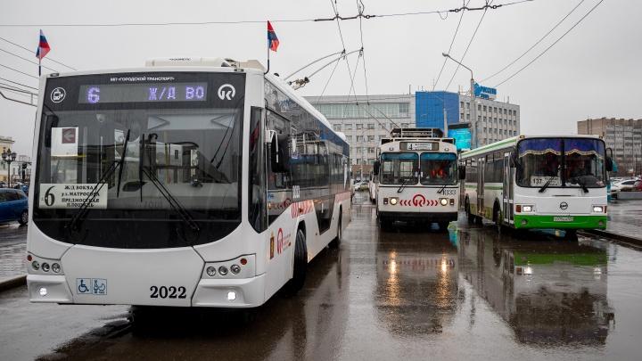 В красноярских троллейбусах и трамваях отменили скидку за оплату проезда безналом