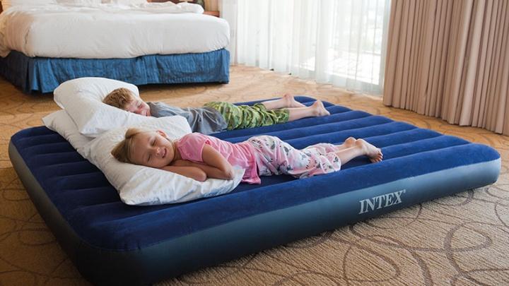 Теперь будет где уложить гостей: скидку 25% на надувные кровати предложили в «Галамарте»