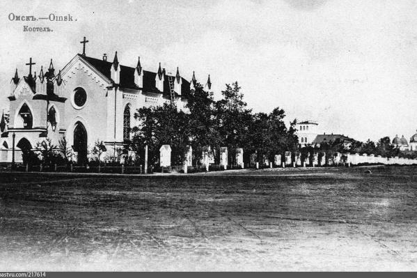 На переднем плане — костел, а вдалеке — Ильинский собор