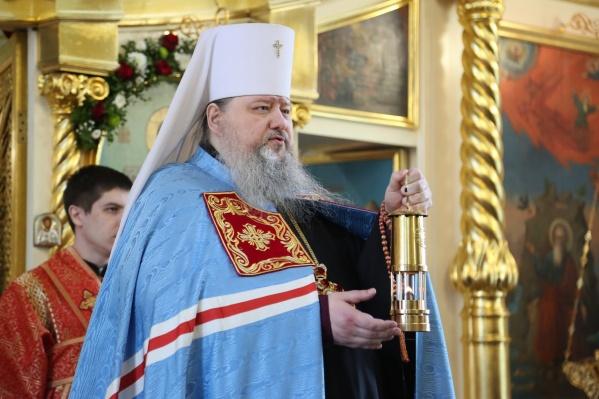 Благодатный огонь передали митрополиту Корнилию наПасхальной великой вечерне