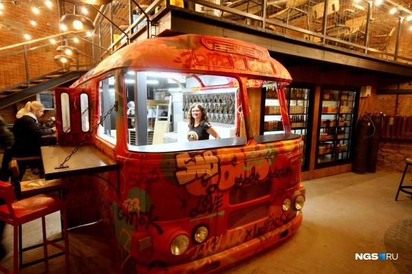 Корпус автобуса играет роль бара и кухни одновременно