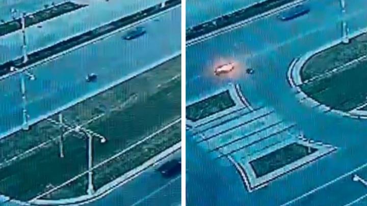 В центре Екатеринбурга произошла жуткая авария: мотоцикл загорелся во время гонки с легковушкой. Видео