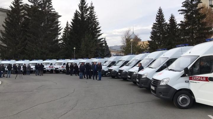 Медикам Омской области вручают ключи от новых машин скорой помощи