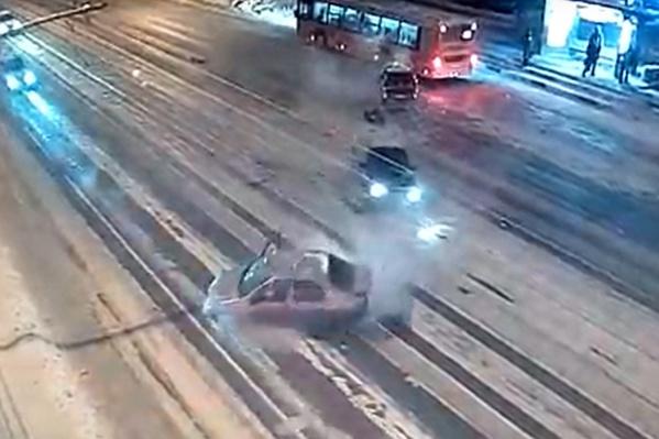 Наш автоэксперт считает, что ДТП могло случиться из-за высокой скорости и нечищенной дороги