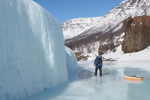 К концу похода температура воздуха уже не была такой экстремальной, она даже стала положительной. Но из-за этого снег налипал на лыжи