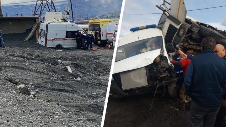 В Норильске водитель грузовика со щебнем подмял под себя машину скорой