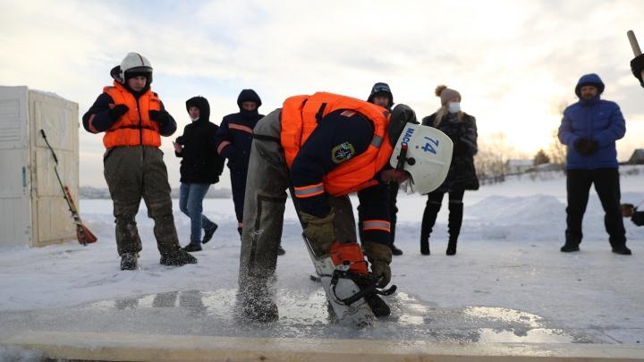 Под присмотром ангелов: 10 кадров с обустройства крещенской купели в Новосибирске