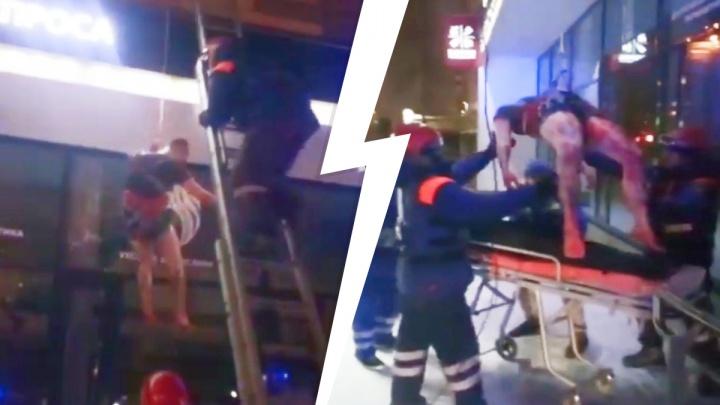 «Стонал от боли». Жуткое видео, как в Екатеринбурге спасатели вытаскивали с балкона раненого парня, истекавшего кровью
