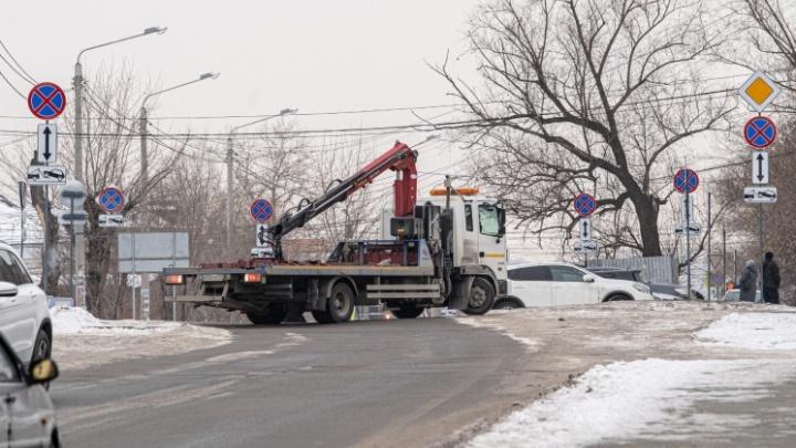 Около челябинской епархии за одно утро поставили больше 50 дорожных знаков, запрещающих парковку