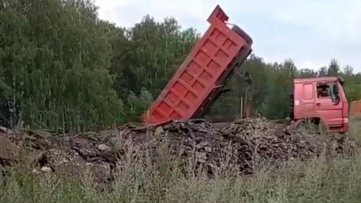 В лесу на Северо-Западе Челябинска устроили свалку старого асфальта