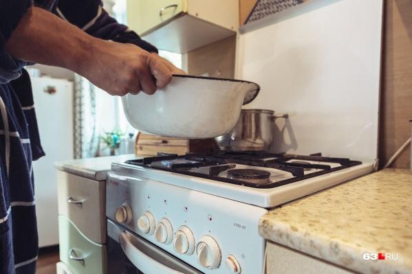 Тем, кто не установил электрический водонагреватель, придется воспользоваться старым дедовским способом: греть воду на плите