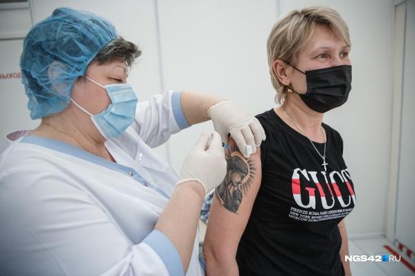 Первую дозу вакцины уже поставили почти 40 тысяч человек