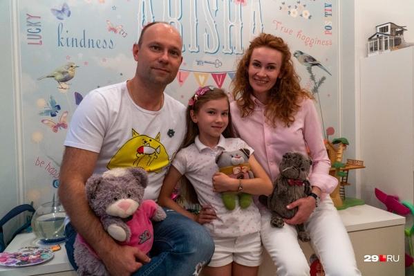 Бизнес-начинания школьников поддерживают родители. На фото — Арина с мамой и папой