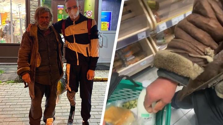 Молодой екатеринбуржец с протезом вместо ноги купил продукты бомжу в Москве