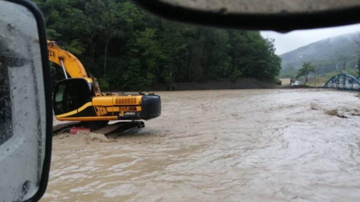 В Сочи спасатели эвакуировали детсад из-за подтопления, вода также зашла в больницу