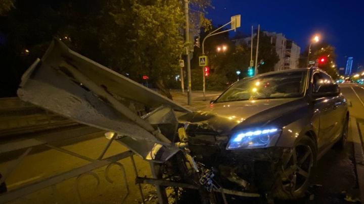 Пьяные мужчины на Audi въехали в трамвайную остановку на улице Малышева