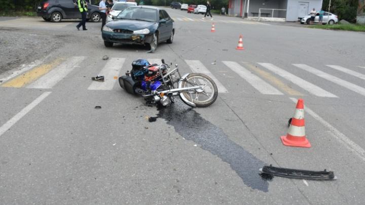 Байкер и пассажир переломали ноги: на Урале пьяный водитель Ford сбил мопед с двумя парнями