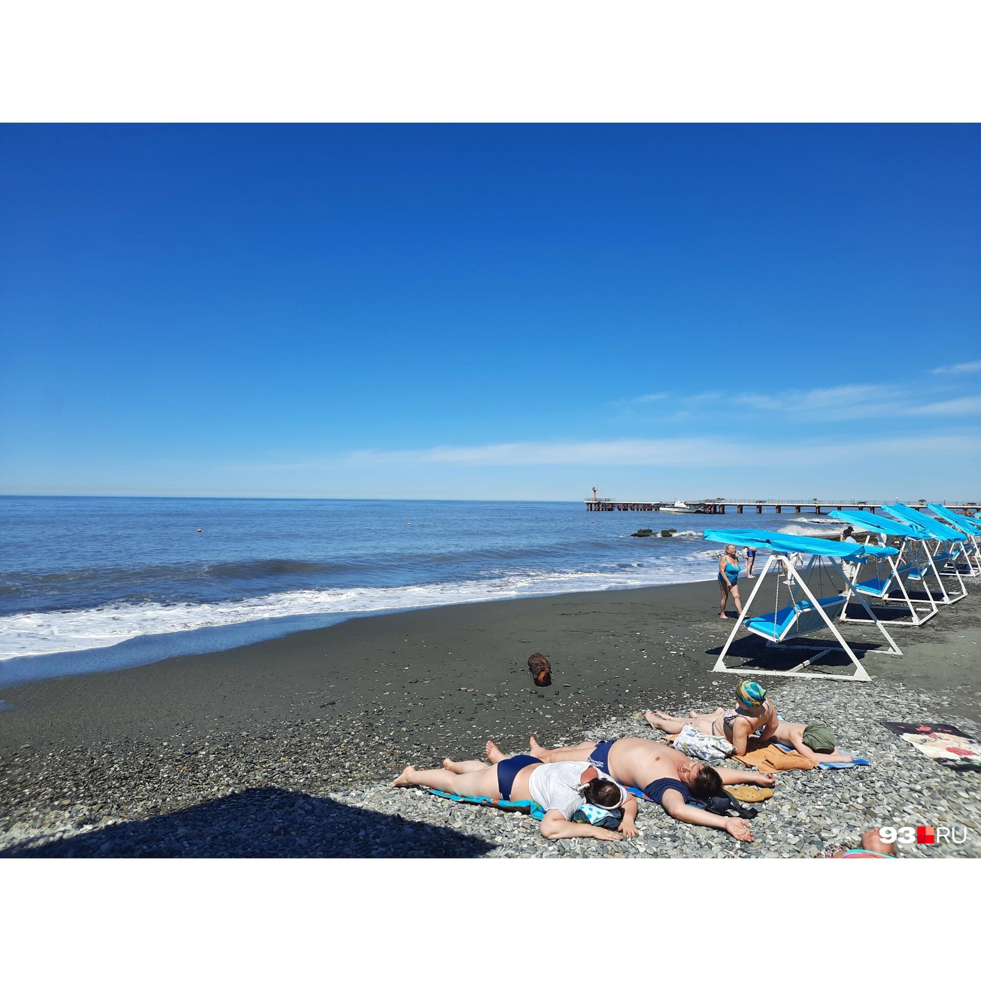 В мае, пока нельзя купаться, на сочинских пляжах еще можно найти место