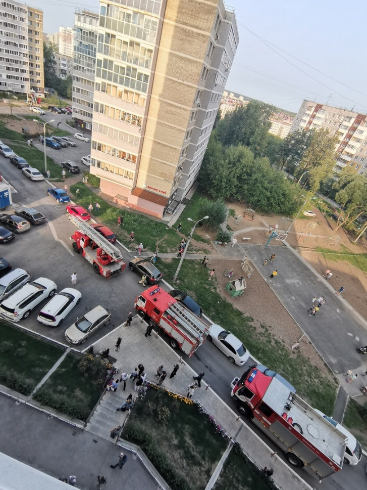 По словам очевидцев, пожарные прибыли очень быстро