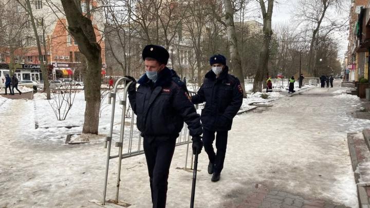 Полиция перегородила улицу Пушкинскую, где должно пройти шествие в поддержку Навального