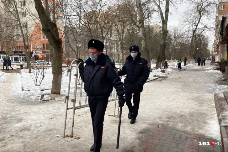 Полиция перегородила улицу Пушкинскую в Ростове на Дону, где должно пройти шествие в поддержку Навального