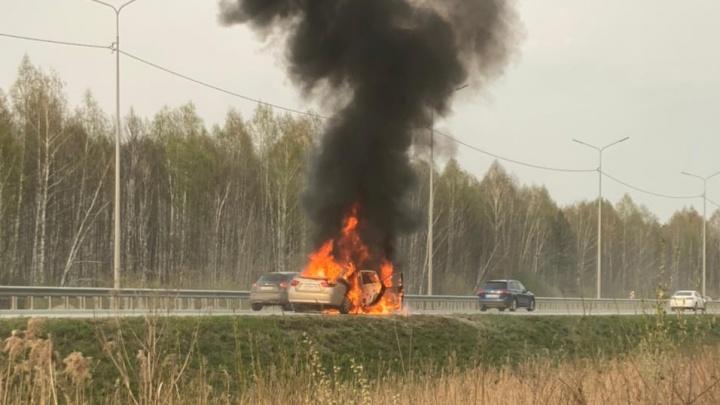 Остановился на обочине: на выезде из Екатеринбурга сгорел Hyundai