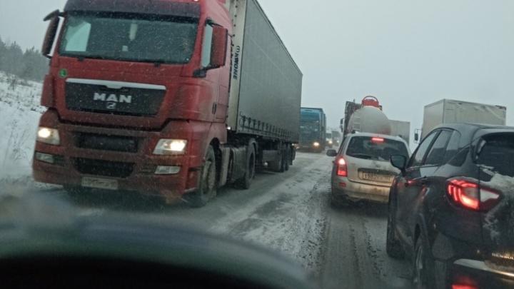 «Буксуют в обе стороны»: трасса М-5 в Челябинской области встала в пробку из-за снегопада