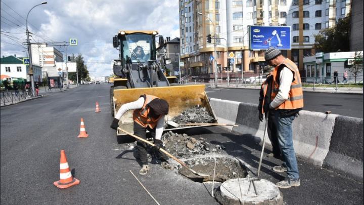 Губернатор потребовал, чтобы дорожники и коммунальщики делали ремонт дорог синхронно и сразу укрепляли люки