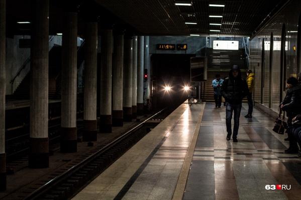 """В будние дни в среднем пассажиропоток самарского метро <a href=""""https://63.ru/text/transport/2021/09/15/70137632/"""" class=""""_ io-leave-page"""" target=""""_blank"""">составляет</a> <nobr class=""""_"""">36,8 тысячи</nobr> человек"""
