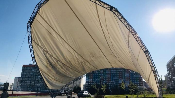 Новый тент для сцены в парке Солнечного сдуло через неделю после установки