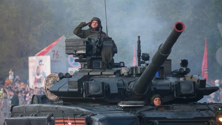 «Очень обидно, что мы за забором»: по центру Волгограда прошла многотонная военная техника