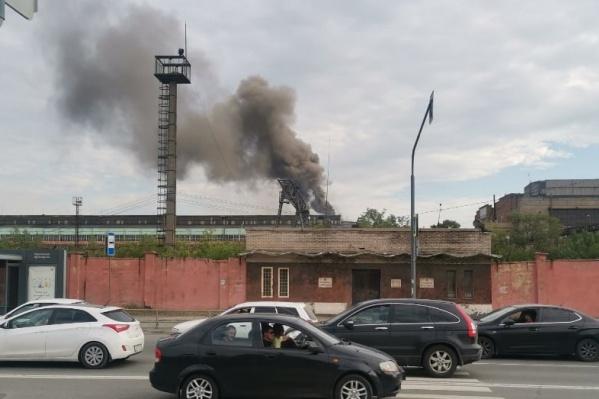 Клубы черного дыма были видны в разных районах города