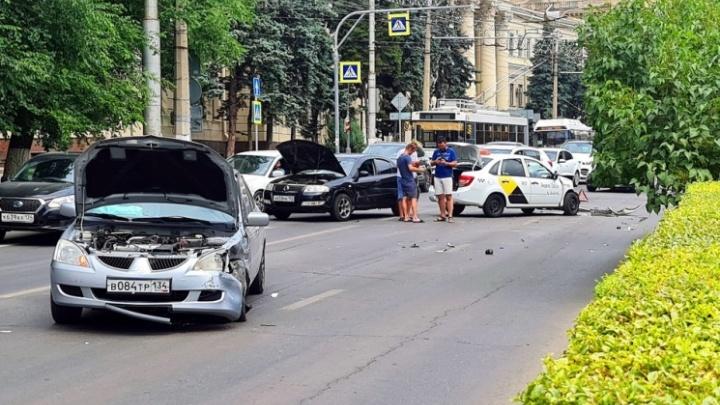 Машины всмятку, есть пострадавшие. Появилось видео столкновения трех легковушек в центре Волгограда