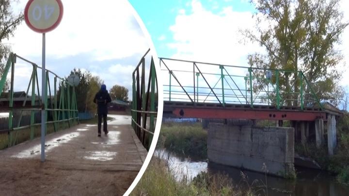 Жители Заозерного годами добивались ремонта аварийного моста, но добились лишь знака посреди дороги