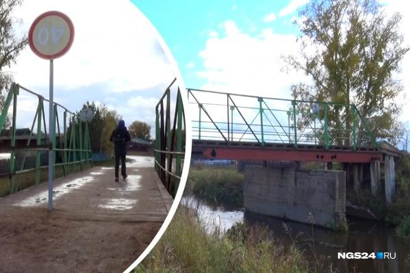 Местные власти позаботились о безопасности жителей. Чтобы никто не ездил по аварийному мосту, посреди него воткнули дорожный знак