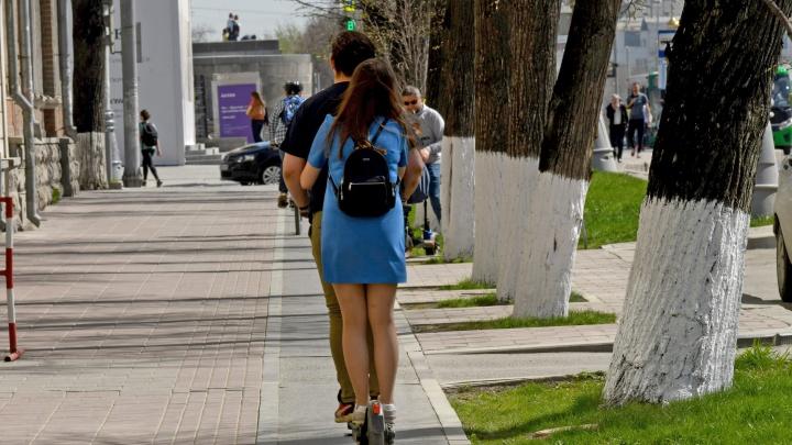 Мэрия назвала своей заслугой то, что людям на электросамокатах запретили ездить быстрее 15 км/ч