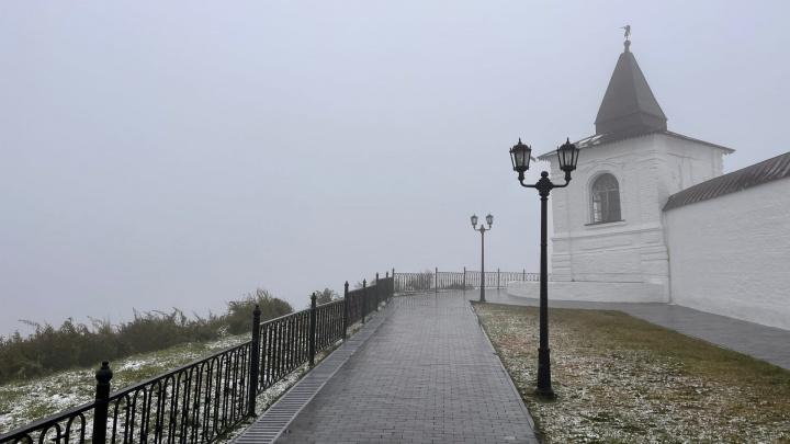 Непроглядный туман и замерзающий Кремль — холодные кадры, как Тобольск завалило снегом