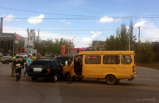 В Красноармейском районе Волгограда машина протаранила маршрутное такси. Ранено шесть человек