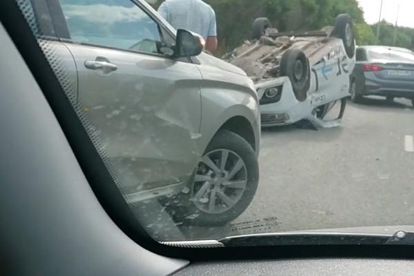 Водитель наехал на отбойник, после чего машина перевернулась