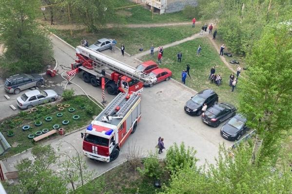 Из квартиры эвакуировали двоих человек