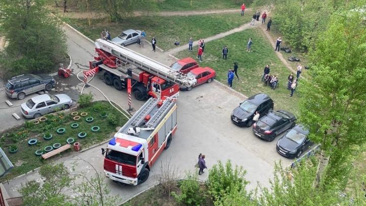 Эвакуировали весь подъезд. В центре Екатеринбурга загорелась квартира