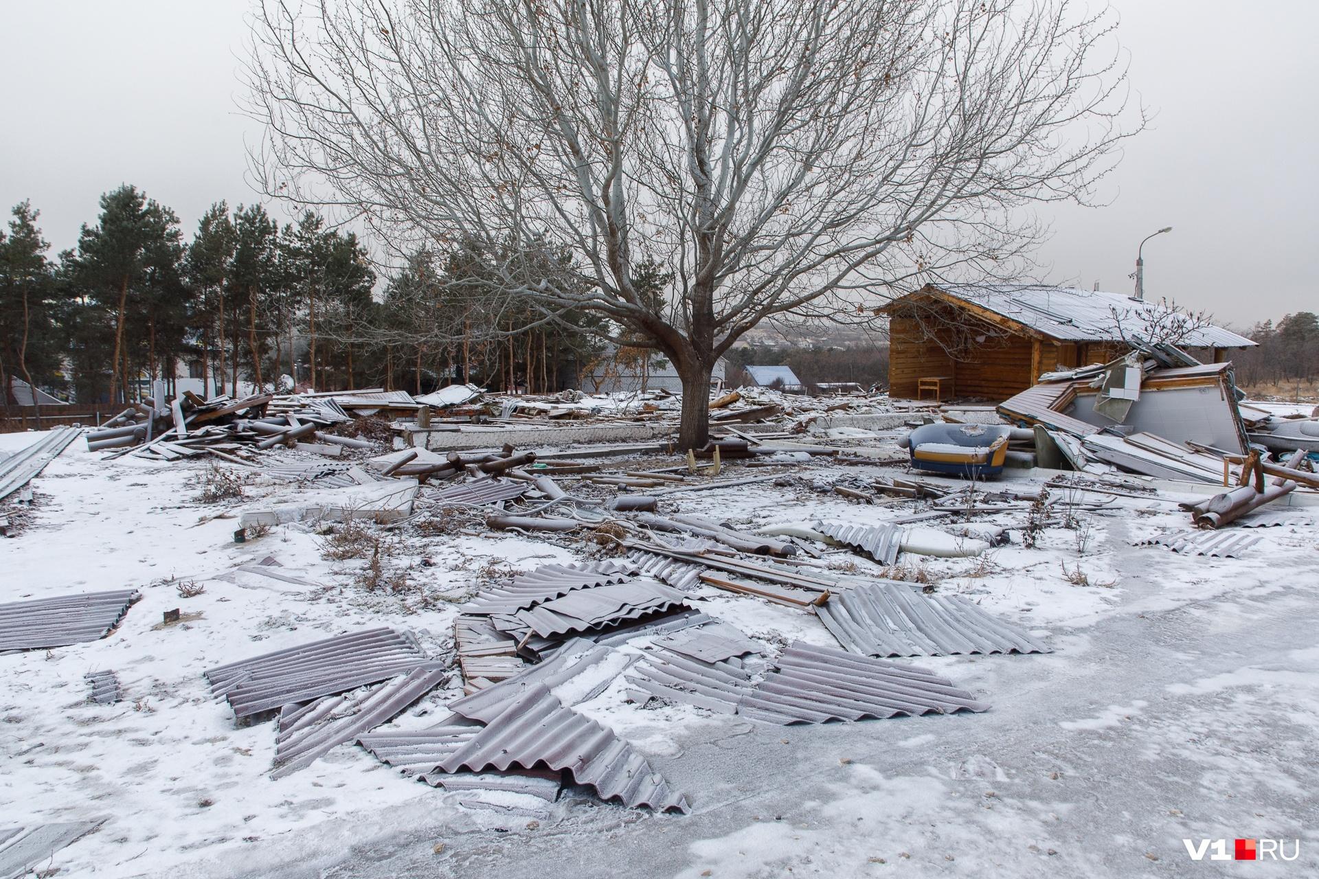В «Сосновом бору» уже снесли конюшни. До конца февраля должны исчезнуть гостевые домики и ресторан