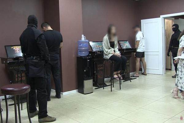 Всего в нелегальном казино задержали 12 человек