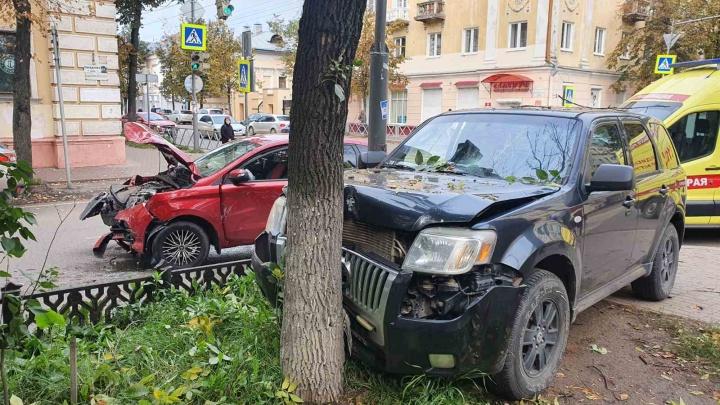 Пострадала женщина: в центре Ярославля внедорожник улетел в дерево