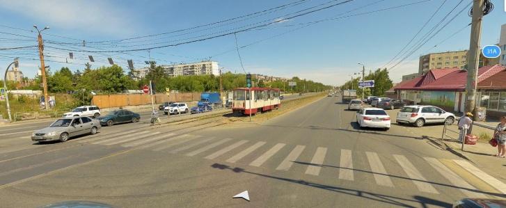 На переходе стояли разворачивающиеся машины, поэтому Надежда пошла рядом с ним, спустившись с разделительной полосы