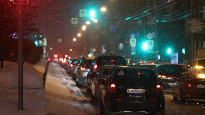 Толпы в метро, на дорогах — коллапс: как Новосибирск застыл в пробках из-за метели