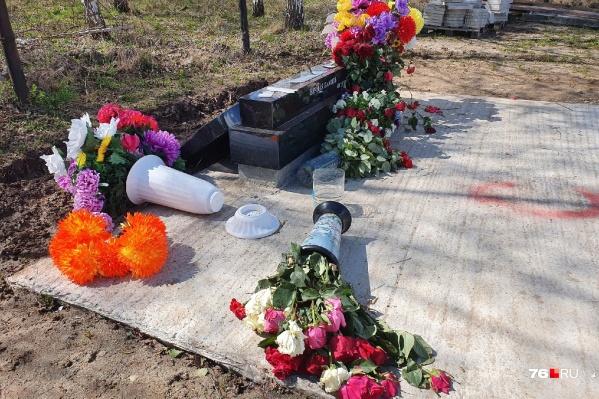 Вандалы разворотили десятки могил