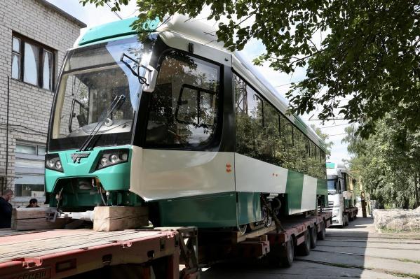 Во вторник в Челябинск привезли два новых трамвая