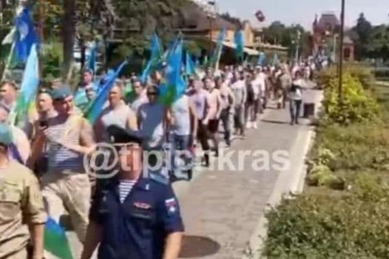 Мэрия Краснодара прокомментировала шествие десантников, которое не было согласовано с властями