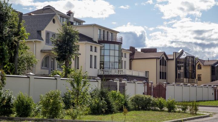 Роскошь или вычурность: смотрим, как живут в самых дорогих коттеджах в центре Ярославля